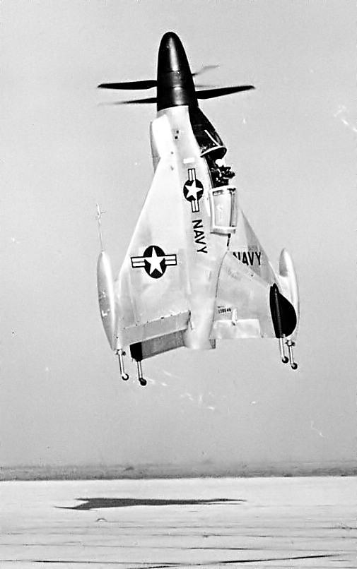 Le XFY-1 à l'atterrissage. Remarquer le regard du pilote vers l'arrière.